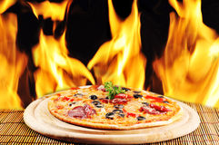 smaklig pizzaplatta royaltyfria foton