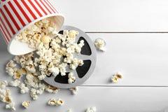 Smaklig popcorn- och filmrulle royaltyfri foto