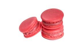 Smaklig röd makronisolat på med bakgrund Royaltyfri Foto