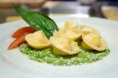 Smaklig ravioli med parmesan Arkivfoton