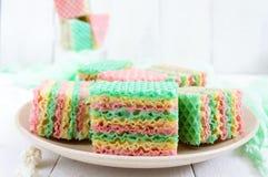 Smaklig söt färgrik luftdillandekaka och cappuccinokopp Royaltyfri Bild