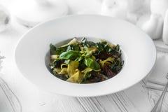 Smaklig sallad gjorde av nya organiska grönsaker på en restaurang arkivbilder