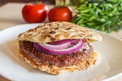 Smaklig serbisk hamburgare i pitabröd med nya salladingredienser Arkivbild
