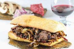 Smaklig smörgås för champinjon för lök för nötköttbiff i en ciabatta Arkivfoton