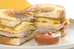 smaklig smörgås för ostskinkaomelett Royaltyfri Foto