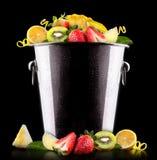 Smaklig sommar bär frukt i hink Royaltyfria Bilder