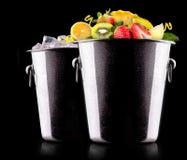 Smaklig sommar bär frukt i hink Fotografering för Bildbyråer