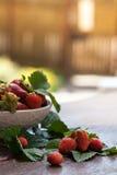 Smaklig sommar bär frukt på en trätabell Arkivfoton