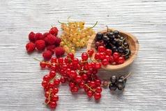 Smaklig sommar bär frukt på en trätabell hallon Royaltyfri Fotografi