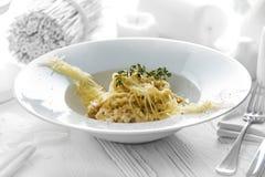 Smaklig spagetti med ost på en platta royaltyfria foton