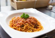 Smaklig spagettigrisköttsås i den vita maträtten Fotografering för Bildbyråer