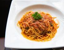 Smaklig spagettigrisköttsås i den vita maträtten Royaltyfri Foto