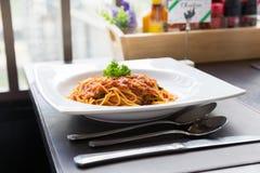 Smaklig spagettigrisköttsås i den vita maträtten Royaltyfria Bilder