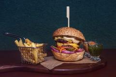 smaklig stor hamburgare Royaltyfri Bild