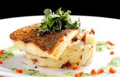 Smaklig sund fiskfilé med potatispuré Royaltyfri Bild