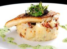 Smaklig sund fiskfilé med potatispuré Royaltyfri Foto