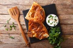 Smaklig turkisk burek med spenat- och ostnärbild på tabellen H Arkivfoto