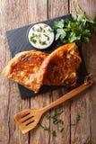Smaklig turkisk burek med spenat- och ostnärbild på tabellen V Royaltyfri Foto