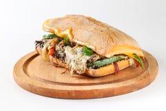 Smaklig vegetarisk smörgås i en ciabatta Arkivfoton