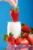 smaklig yoghurt för jordgubbar royaltyfria foton