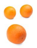 Smakliga apelsiner, på en vit bakgrund apelsiner för citrusfruktcitronlimefrukter Ny, mogen, saftig organisk citrusfrukt Näringsr Royaltyfri Foto
