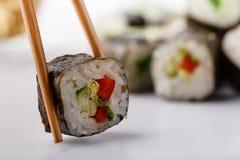 Smakliga aptitretande mångfärgade sushirullar ställde in, tjänat som med soya och pinnar royaltyfria foton