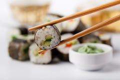 Smakliga aptitretande mångfärgade sushirullar ställde in, tjänat som med soya och pinnar royaltyfri bild