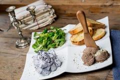 Smakliga aptitretare med pate för feg lever, valerianasallad, toaste Arkivbild