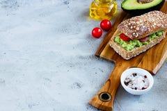 Smakliga avokadosmörgåsar royaltyfri fotografi
