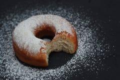 Smakliga bet donuts med isläggning och choklad på vit träbakgrund, kopieringsutrymme royaltyfri fotografi