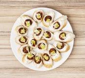 Smakliga canapes med smör, korven, ost och paprika, mat royaltyfri foto