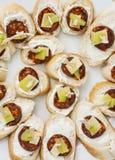 Smakliga canapes med smör, korven, ost och paprika, refreshm royaltyfria bilder