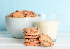 Smakliga choklade kakor och exponeringsglas av mjölkar royaltyfri foto