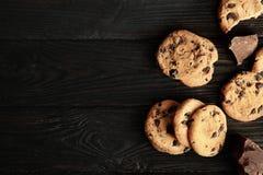 Smakliga choklade kakor på träbakgrund fotografering för bildbyråer