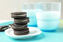 Smakliga chokladkakor med kräm och att mjölka på magasinet royaltyfri fotografi