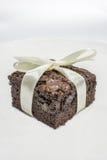Smakliga chokladnissen på vit bakgrund Arkivbild