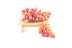 Smakliga druvor på trä Arkivfoton