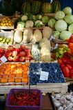 Smakliga grönsaker och frukter royaltyfri fotografi
