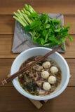 Smakliga grisköttnudlar Thailand Fotografering för Bildbyråer