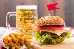 Smakliga hamburgare med flaggor royaltyfria foton