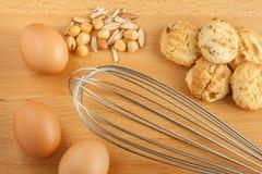 Smakliga hemlagade kakor med nya äggingredienser, blandad mutter arkivbilder