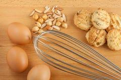 Smakliga hemlagade kakor med nya äggingredienser, blandad mutter royaltyfri fotografi