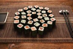Smakliga japanska Sushi Uppsättning av makirullar, closeup Arkivfoto