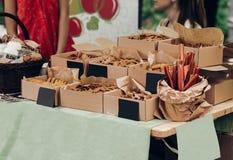 Smakliga kakor i hantverk boxas med tomma kort med utrymme för tex royaltyfria foton