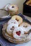 Smakliga kakor kallade ` för den `-Linzer augenen - söt gåva Royaltyfri Foto