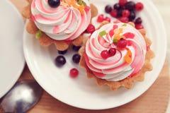 smakliga kakor med bär royaltyfri fotografi