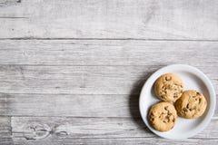 Smakliga kakor på trägrå bakgrund, kopieringsutrymme, inget fotografering för bildbyråer