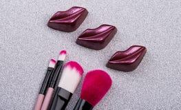 Smakliga kanter och makeupborstar Fotografering för Bildbyråer