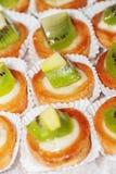 smakliga lilla tarts för fruktkiwi Royaltyfria Bilder