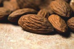 Smakliga mandlar som är tokiga på träbakgrund Arkivfoto